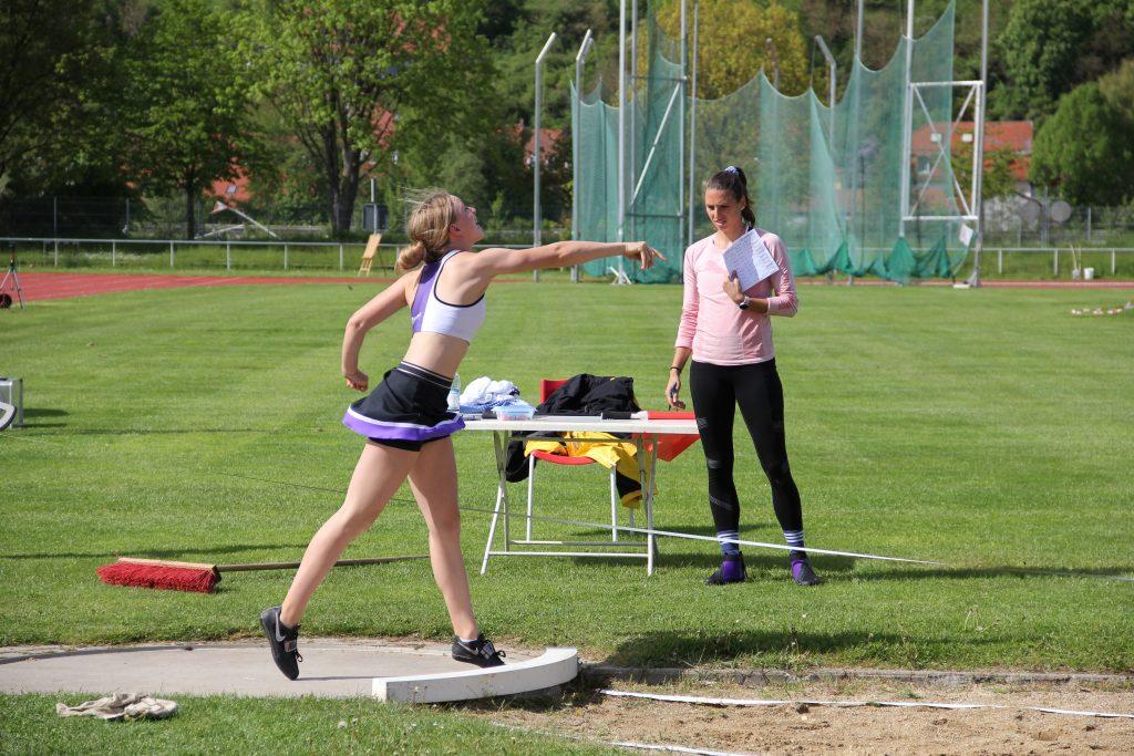 Sofie beim Stoß auf den neuen Vereinsrekord der WU18
